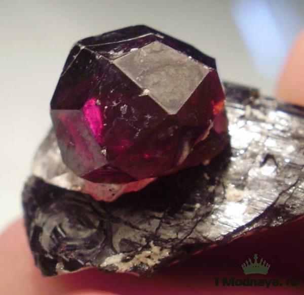 камень гранат магические свойства фото